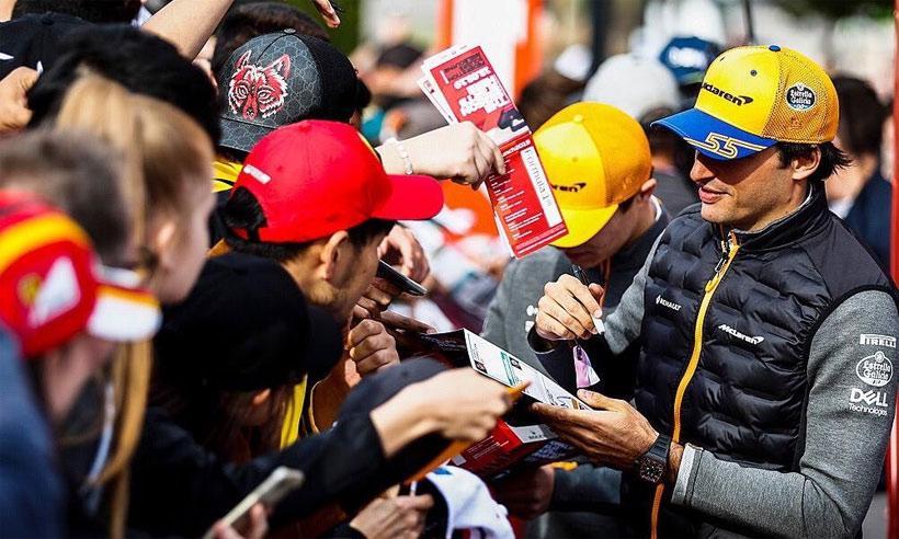Carlos Sainz con los fans en el evento de inauguración. (Fuente: Formula 1)