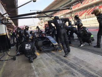 Haas practicando Pit Stops durante los test en Montmeló