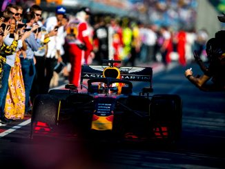 Verstappen dirigiéndose al podio en Australia