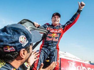 Carlos Sainz sobre su coche del dakar
